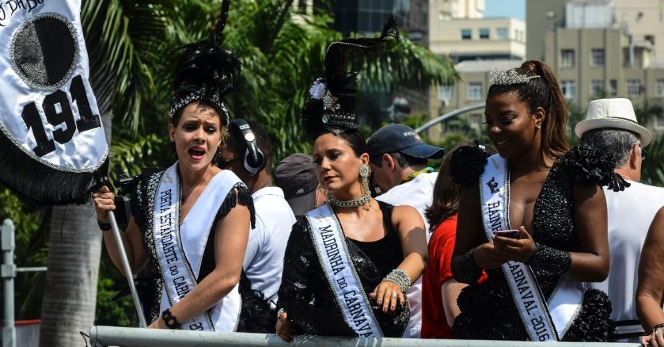 06.fev.2016 - Leandra Leal, Maria Rita e Ludmilla agitam a multidão que segue o bloco Cordão da Bola Preta, que desfila pela região central do Rio de Janeiro.