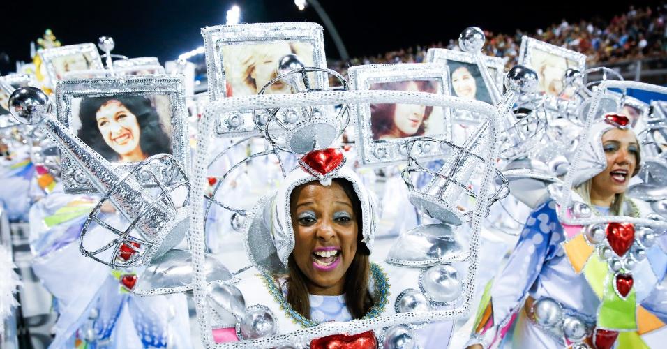 6.fev.2016 - Fantasiadas de antena, integrantes da Nenê de Vila Matilde levam antenas com fotos de personagens marcantes de Cláudia Raia na TV