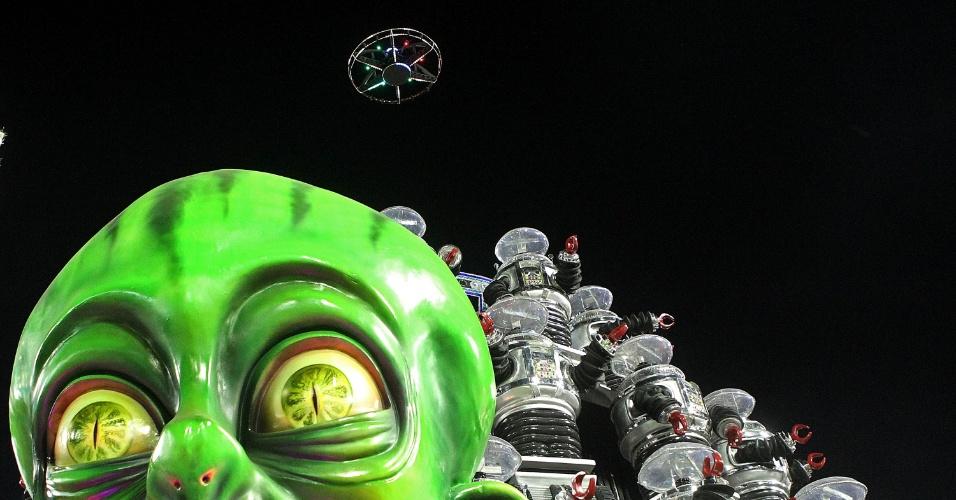 """9.fev.2016 - Portela teve setor que homenageava as viagens da imaginação, da ficção e da literatura. Em outro carro, as viagens espaciais foram lembradas, valendo-se de uma homenagem ao seriado """"Perdidos no Espaço"""", com direito a um drone que voava de um carro a outro"""