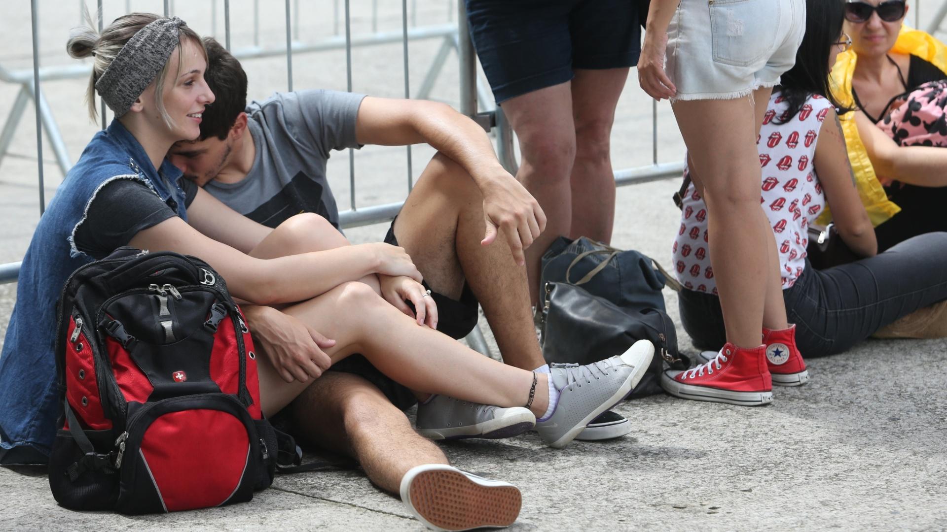 24.fev.2016 - Fãs da banda britânica Rolling Stones namoram na fila em frente ao estádio do Morumbi, na zona sul de São Paulo.