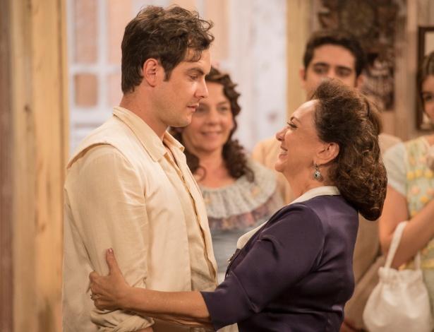 """Candinho (Sergio Guizé) e Anastácia (Eliane Giardini) se abraçam, emocionados, ao descobrirem que são mãe e filho em """"Êta Mundo Bom"""" - João Cotta/TV Globo"""