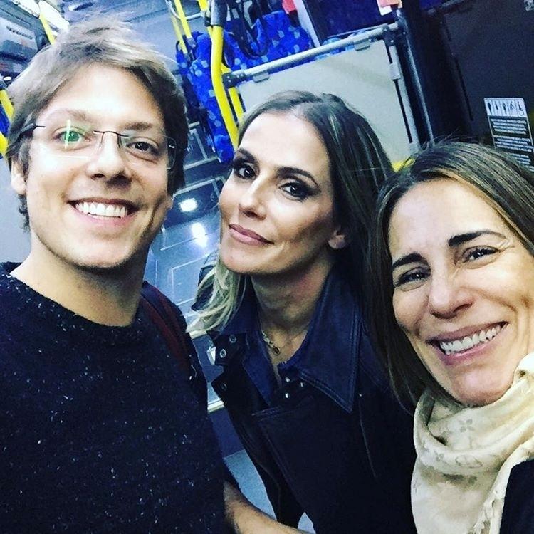 21.jul.2016 - Fábio Porchat brincou com as atrizes Deborah Secco e Gloria Pires no aeroporto Santos Dumont, no Rio. O humorista, contratado da Record, publicou uma foto ao lado das duas e afirmou ter