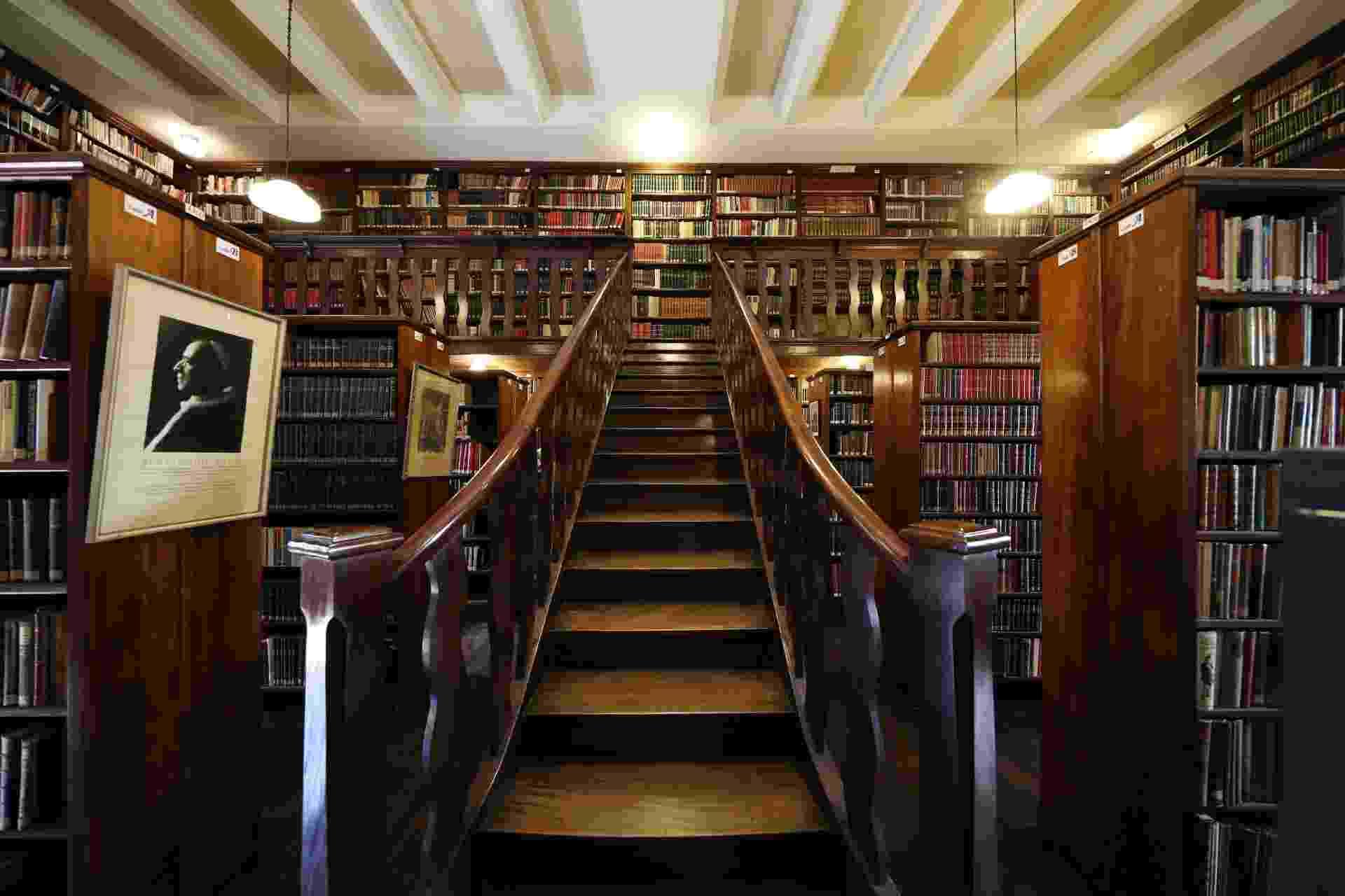 A biblioteca no Mosteiro de São Bento que é a mais antiga de São Paulo e conserva 115 mil volumes - Junior Lago/UOL
