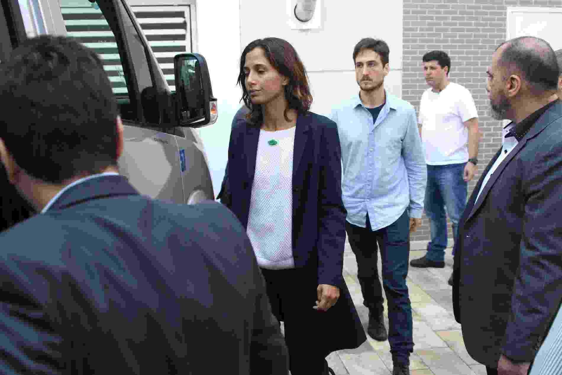 17.set.2016 - Muito abatida, Camila Pitanga deixa velório de Domingos Montagner em São Paulo acompanhada pelo namorado Igor Angelkorte - Thiago Duran/AgNews