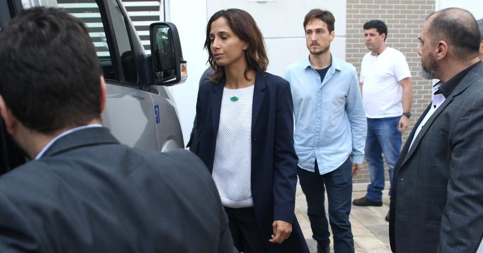17.set.2016 - Muito abatida, Camila Pitanga deixa velório de Domingos Montagner em São Paulo acompanhada pelo namorado Igor Angelkorte