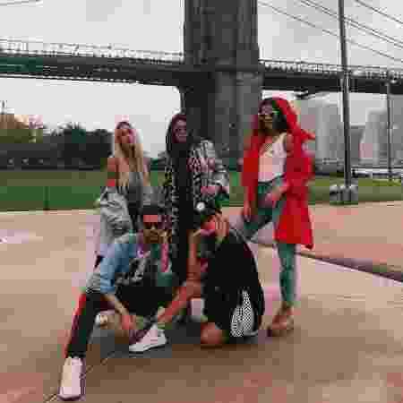 Bruna Marquezine (de casaco vermelho), Manu Gavassi (agachada) e Bianca Coimbra (de pé, loira) com amigos em Nova York - Reprodução/Instagram