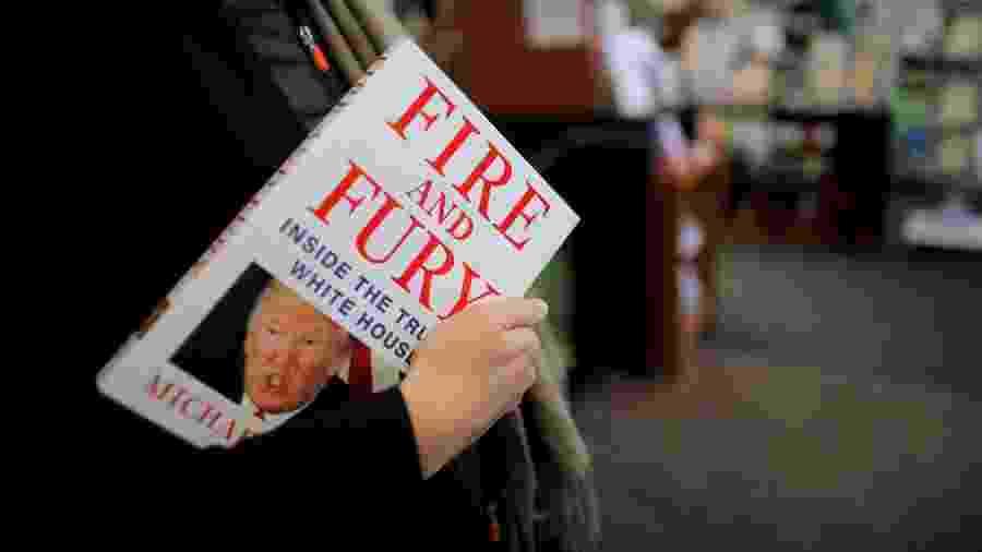 """Mulher segura o livro """"Fogo e Fúria"""", de Michael Wolff, em uma loja em Washington DC - Carlos Barria/ Reuters"""