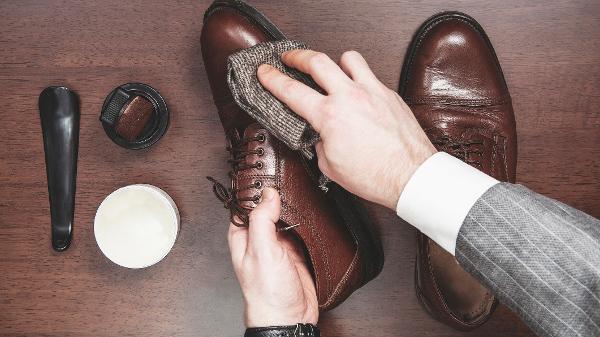 30ece1179 Couro natural e sintético: como limpar sapatos, bolsas, roupas e ...
