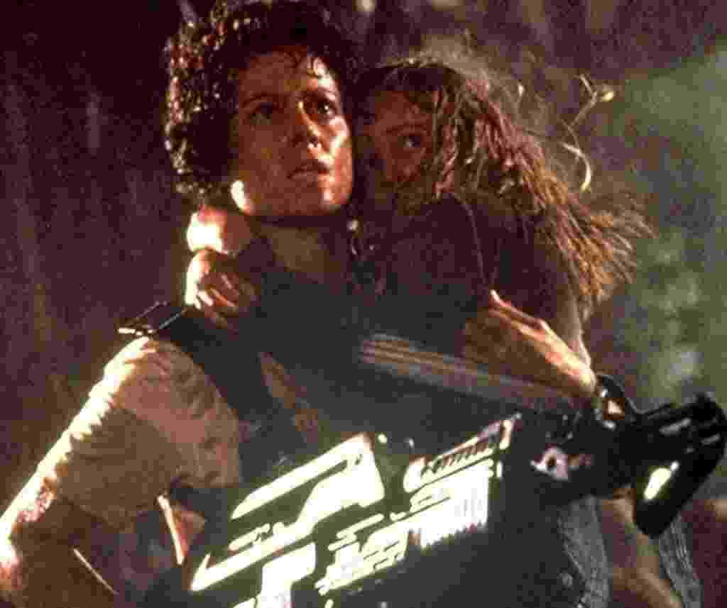 """Sigourney Weaver e Carrie Henn  em cena de """"Aliens, O Resgate"""" (1986) - Divulgação"""