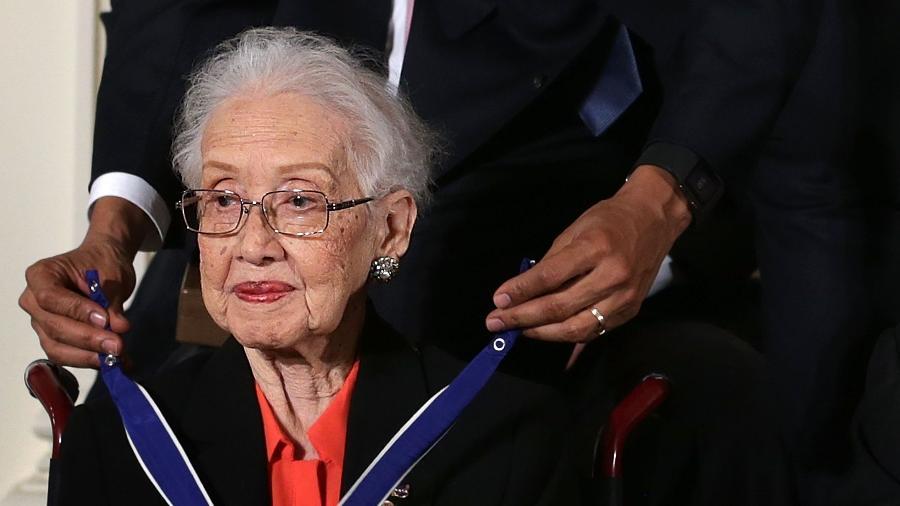 Katherine Johnson recebendo medalha do ex-presidente Barack Obama  - Getty Images
