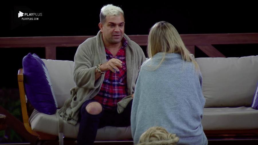 """Evandro Santo e Nadja Pessoa conversam do lado de fora da sede de """"A Fazenda 10"""" - Reprodução/PlayPlus"""