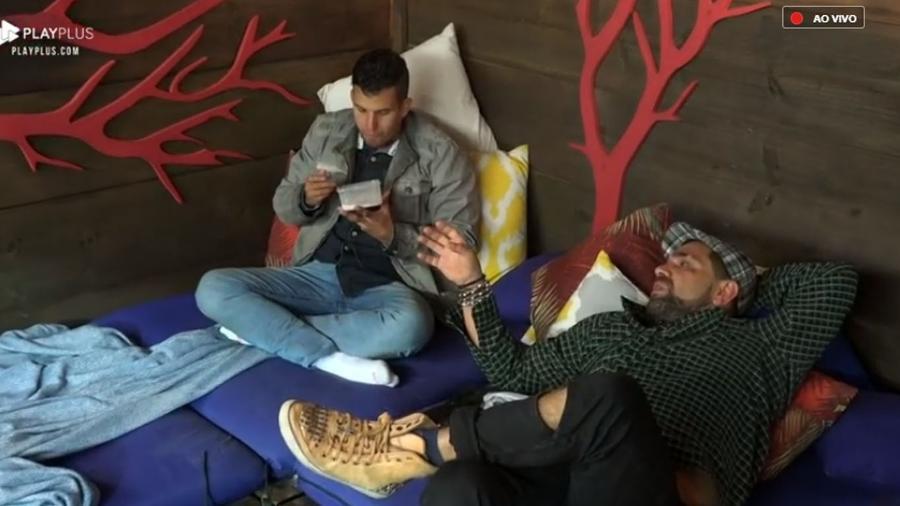 Evandro Santo desabafa com Felipe Sertanejo na casa da árvore - Reprodução/PlayPlus