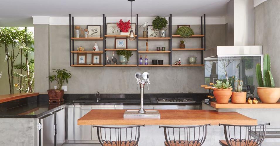 Apesar de salas e quartos serem os ambientes que mais se reinventam com o cinza, cozinha, varanda gourmet e área da churrasqueira também se beneficiam com ela. Neste projeto, o cinza ajudou a reforçar ainda mais a funcionalidade e a beleza das peças e acabamentos em inox. Projeto Piloni Arquitetura