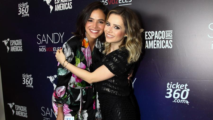 """Bruna Marquezine tieta Sandy nos bastidores do show """"Nós, Voz, Eles"""" em São Paulo no domingo (9) - Marcos Ribas/Brazil News"""