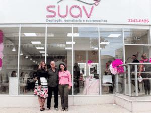 Marina e os pais, Geraldo e Ieda, no dia da inauguração da loja - Arquivo Pessoal