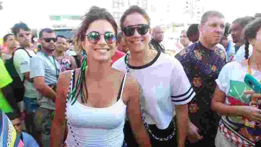 A jornalista Fernanda Gentil e sua esposa, Priscila Montandon, chegam ao circuito Barra-Ondina para acompanhar o bloco da cantora Ivete Sangalo  - Dilson Silva/Agnews