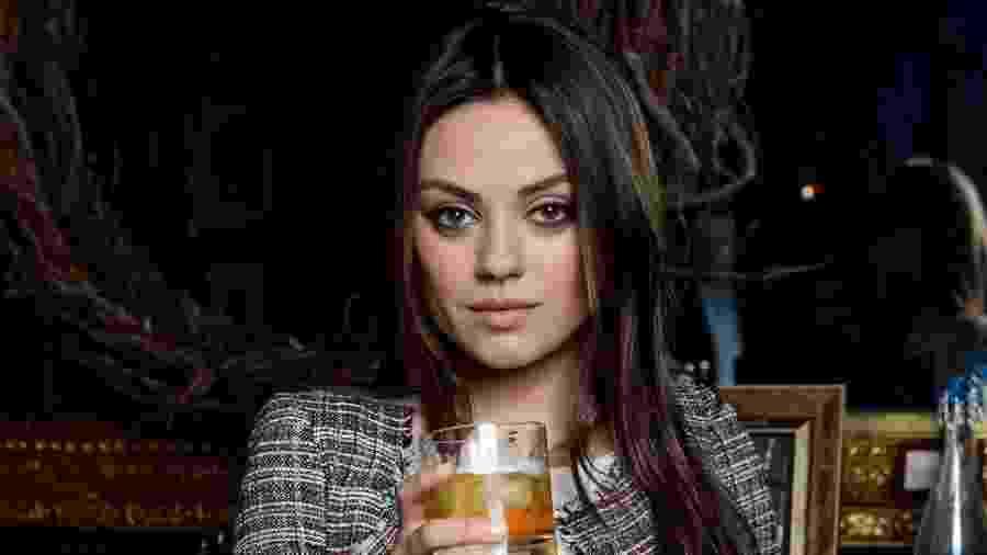 """Mila Kunis foi uma das celebridades identificadas como """"influência"""" em propagandas de bebida alcoólica no Reino Unido - Getty Images"""