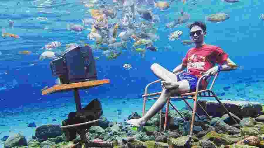 Turista em foto no lago Umbul Ponggok, na Indonésia - Reprodução