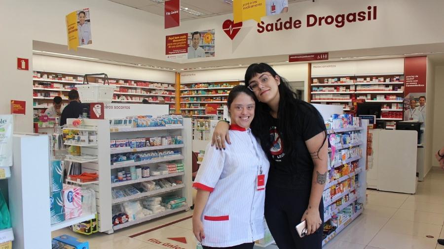 Jéssica Oliveira (esq.), assistente operacional da Drogasil, posa ao lado de amiga que frequenta a loja em SP - Arquivo pessoal