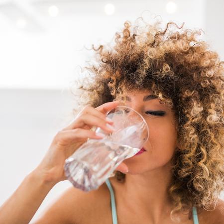 Beber bastante água principalmente no verão evita problemas ocasionados pela desidratação do organismo - iStock