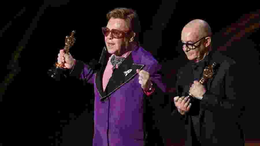 """Elton John e Bernie Taupin recebem o Oscar de melhor canção original por """"I""""m Gonna Love Me Again"""", para a trilha de """"Rocketman"""" - REUTERS/Mario Anzuoni"""