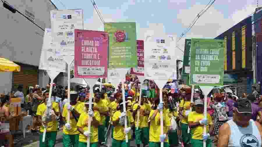 A pauta ambiental também fez parte do Galo da Madrugada, que desfilou ontem pelas ruas do Recife - Galo da Madrugada