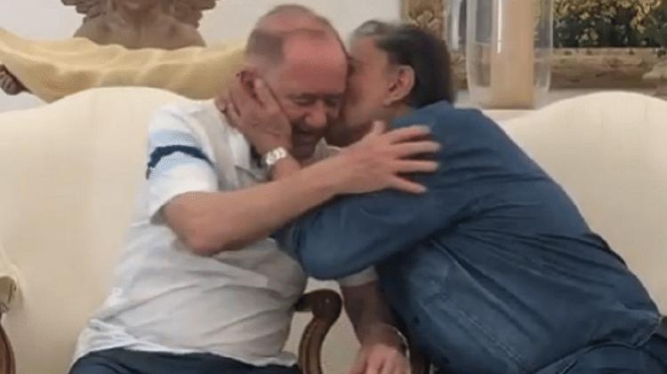 Dedé Santana beija Renato Aragão - Reprodução - Reprodução