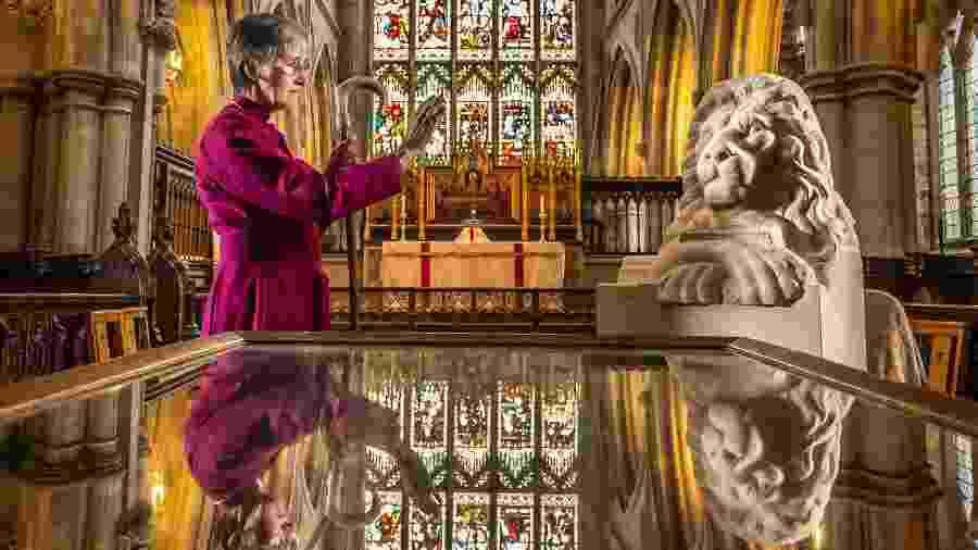 Alison White, bispa de Hull, abençoa estátua de Aslan na Igreja de St. Mary - Danny Lawson/PA Images via Getty Images