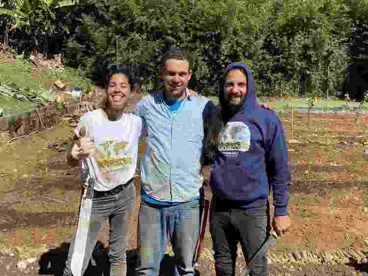 Bela Gil e o marido, JP Demassi, com o amigo e agrofloresteiro Namastê Messerschmidt ao centro - Arquivo pessoal - Arquivo pessoal