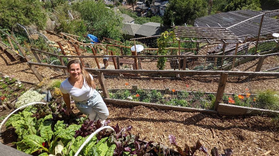 Joanna Bassi e hortaliças que plantou na fazenda Rose Hill - Fernanda Ezabella/UOL