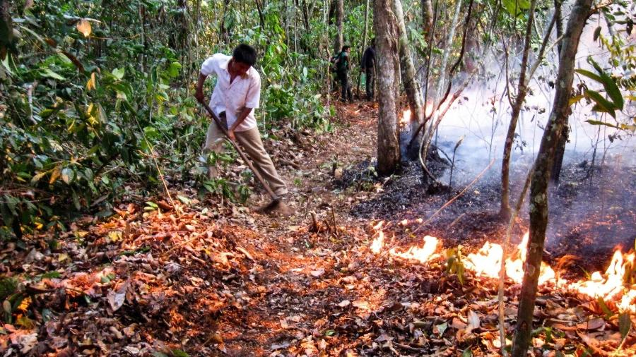 Wayge Ikpeng fazendo queimada de roc?a com aceiro na aldeia Rawo Ikpeng  - Pytha Ikpeng