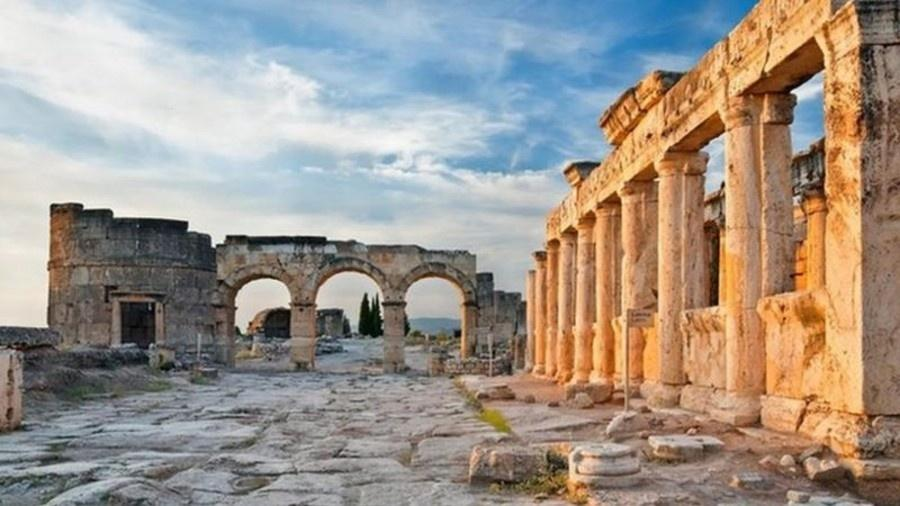 A antiga cidade de Hierápolis escondia um segredo tóxico, mas a ciência moderna finalmente desvendou o que estava por trás dos mitos romanos - DARK_ENI/GETTY IMAGES
