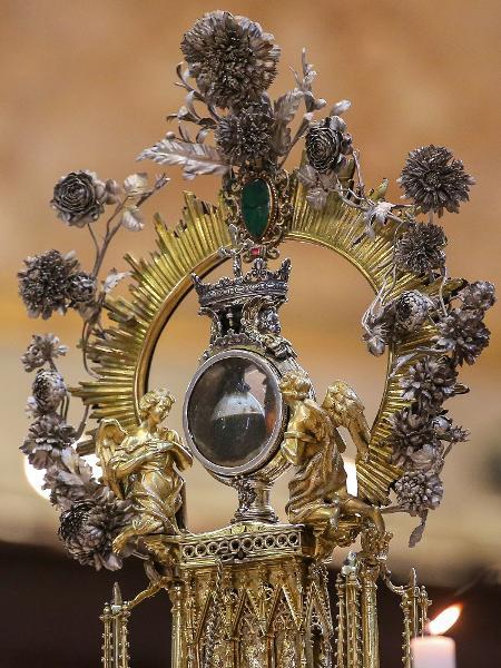A ampola que contém o sangue de San Gennaro, mantida em relicário na Catedral de Nápoles: celebração atrai fieis e turistas - LightRocket via Getty Images