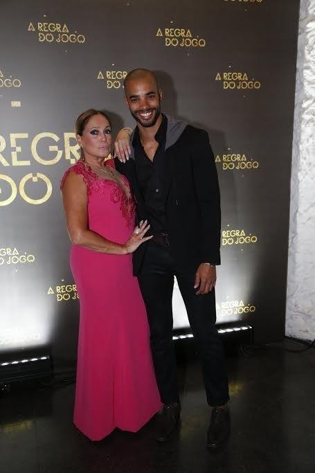 27.ago.2015 - Suzana Vieira posa com o ator Douglas Tavares na festa de lançamento de