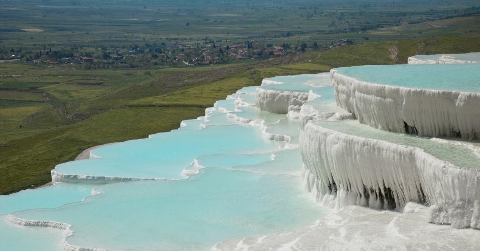 As piscinas de Pamukkale oferecem vista para lindas paisagens turcas