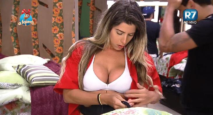 30.set.2015 - Ana Paula Minerato se troca para a prova do fazendeiro desta quarta-feira (30)