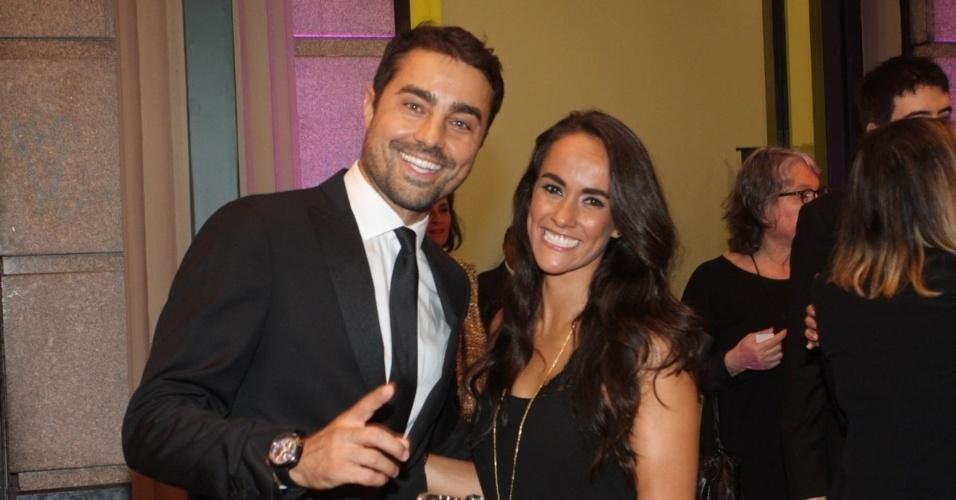 1º.out.2015 - O ator Ricardo Pereira e a mulher chegam para a exibição de