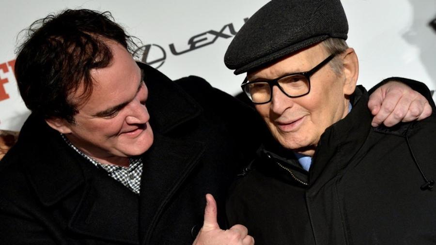 """O diretor Quentin Tarantino posa ao lado do composito Ennio Morricone em pré-estreia de """"Os Oito Odiados"""" - Tiziana Fabi/AFP"""