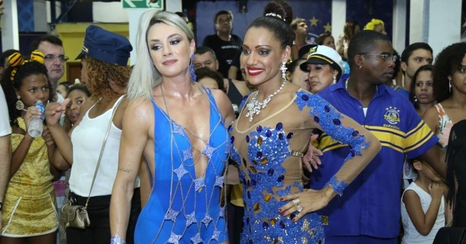 31.jan.2016 - Juju Salimeni e Ana Paula Evangelista, musas da Unidos da Tijuca, participam de ensaio na quadra da agremiação, no Rio de Janeiro.