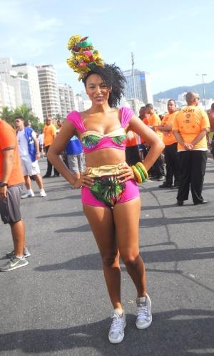 06.fev.2016 - A atriz Sheron Menezzes curte o Bloco da Favorita, que desfila pela orla de Copacabana, no Rio de Janeiro.