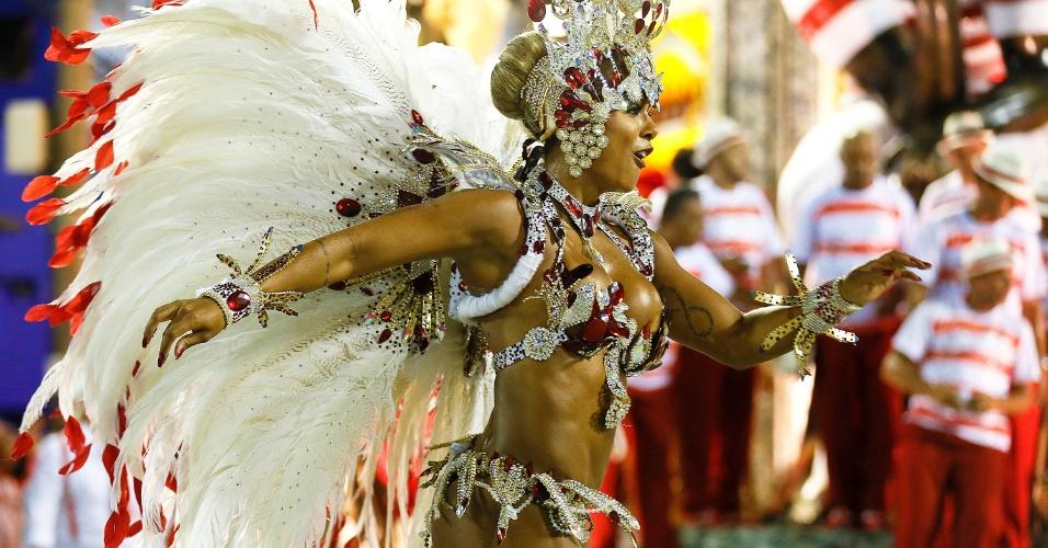 """8.fev.2016 - Destaque do Salgueiro desfile em frente ao carro """"Boteco"""""""