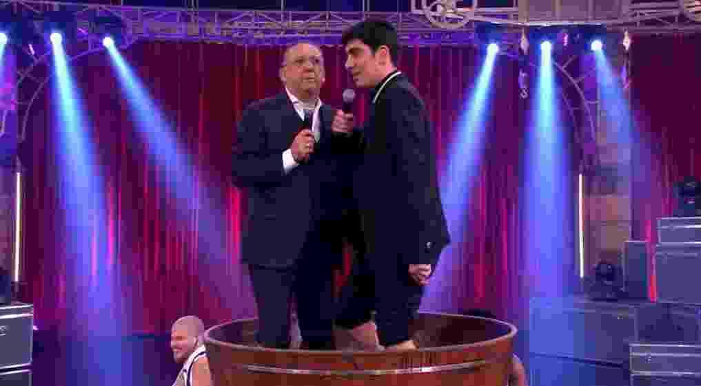 """Galvão Bueno pisa em uvas com Marcelo Adnet na estreia do """"Adnight"""" - Reprodução/Globo"""