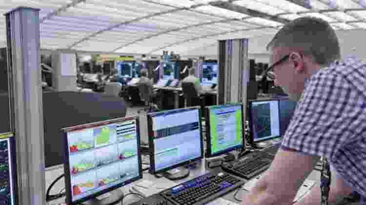 As salas do Nats são iluminadas constantemente, para dar a impressão de luz do dia - BBC/Nats - BBC/Nats