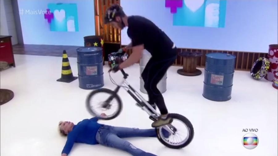 """Ana Maria Braga vira obstáculo para bike durante o """"Mais Você"""" - Reprodução/TV Globo"""