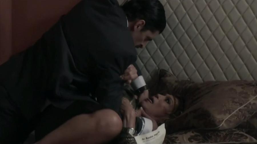 """Cora (Susana Vieira) é enforcada por Marcos (Julio Machado) em """"Os Dias Eram Assim"""" - Reprodução/TV Globo"""