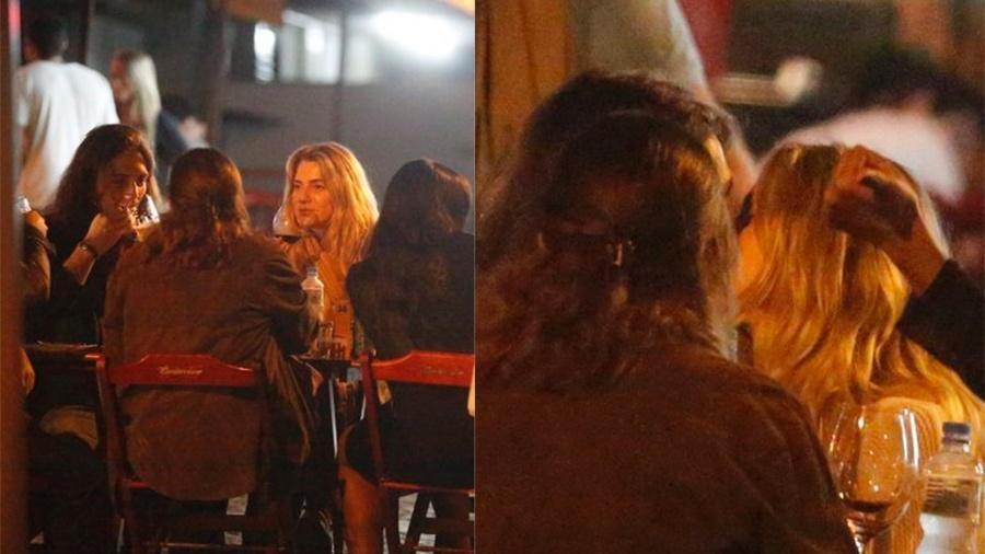 Leticia Spiller toma vinho com amigos e troca beijos com o namorado, o músico uruguaio Pablo Vares de Azevedo, em um bar na Barra da Tijuca, no Rio