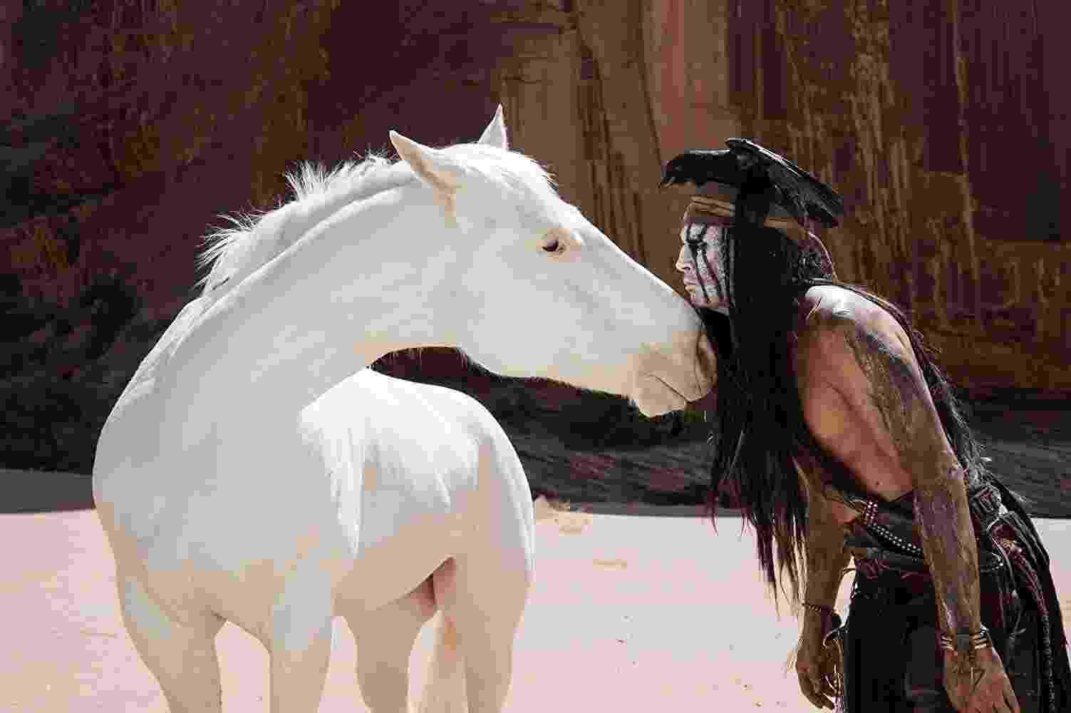 """Johnny Depp em cena de """"O Cavaleiro Solitário"""" (2013) - Divulgação"""