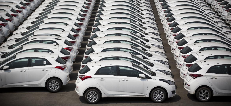 Pátio da Hyundai em Piracicaba (SP) repleto de HB20 brancos:  - Fabio Braga/Folhapress