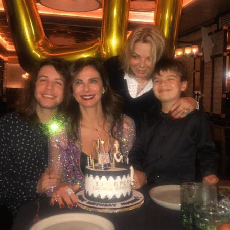 Luciana Gimenez comemora aniversário ao lado dos filhos, Lucas e Lorenzo, e da mãe, Vera - Reprodução/Instagram