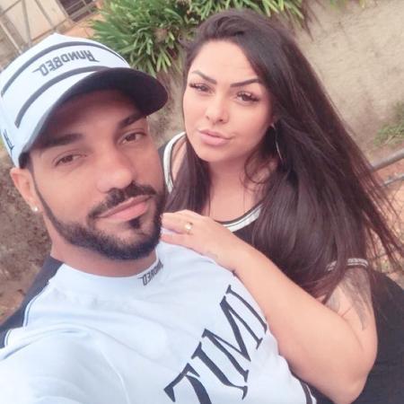 Andressa Soares ao lado do noivo, o jogador Michel Macedo, do Corinthians - Reprodução/Instagram/mulhermelanciaoficial